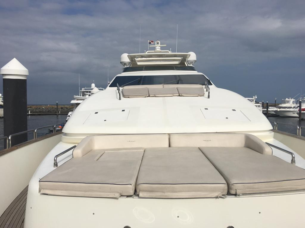 bow of 105ft azimut boat rental in panama