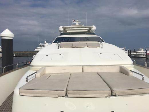 proa de 105ft azimut alquiler de barco en panamá