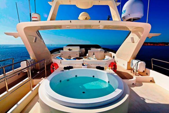 jacuzzi of 100ft azimut yacht charter in panama