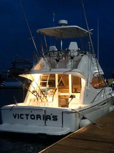 rear view of 33ft riviera in panama for charter