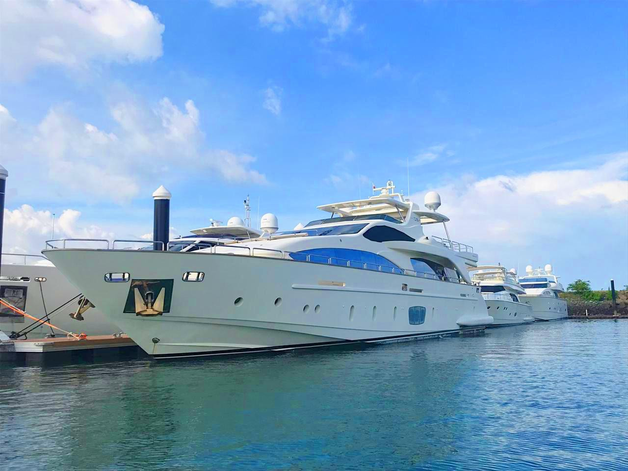 exterior of 105ft azimut boat rental in panama
