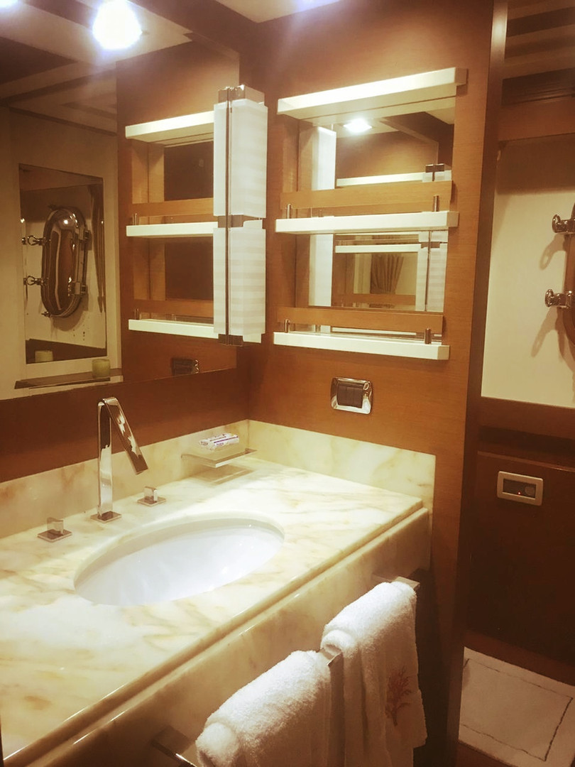 bathroom of 105ft azimut boat rental in panama