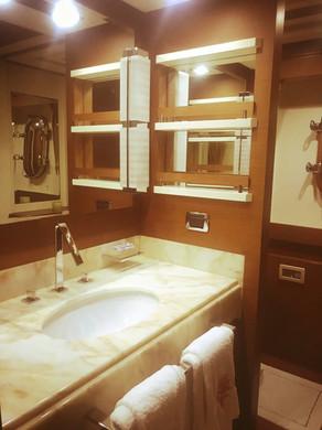 Baño de alquiler de lancha azimut 105ft en Panamá