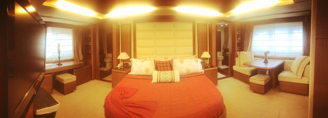 bedroom of 105ft azimut boat rental in panama