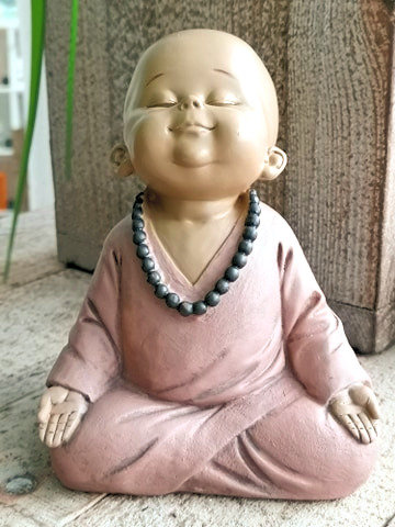 Eco baby moine en position de méditation