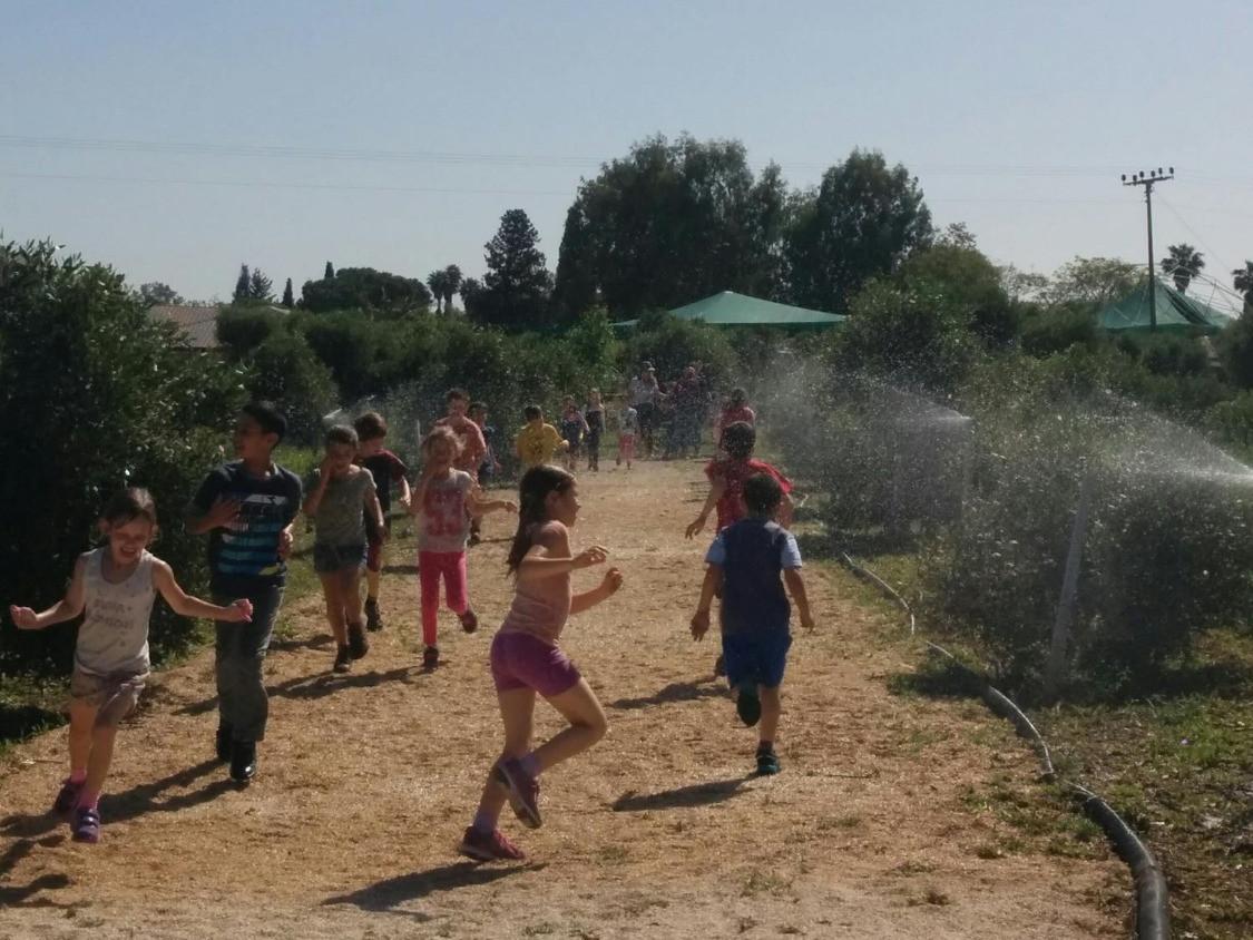 פעילות מים עם ילדים בעמק יזרעאל