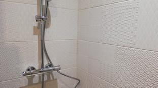 Carrelage à motif dans l'espace douche