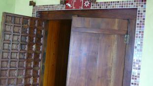 Décoration d'une porte dans un salon