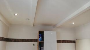 Plafond suspendu entre les poutres