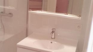 Mur porteur derrière la robinetterie de douche