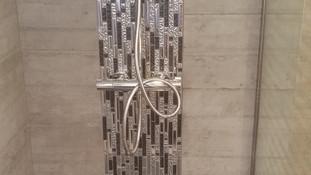 Mosaïque en colonne le long de la colonne de douche