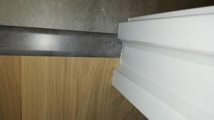 Barre de seuil entre le carrelage et le parquet stratifié de la chambre