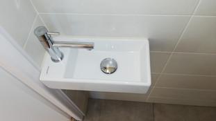 Lave main dans le cabinet de toilette