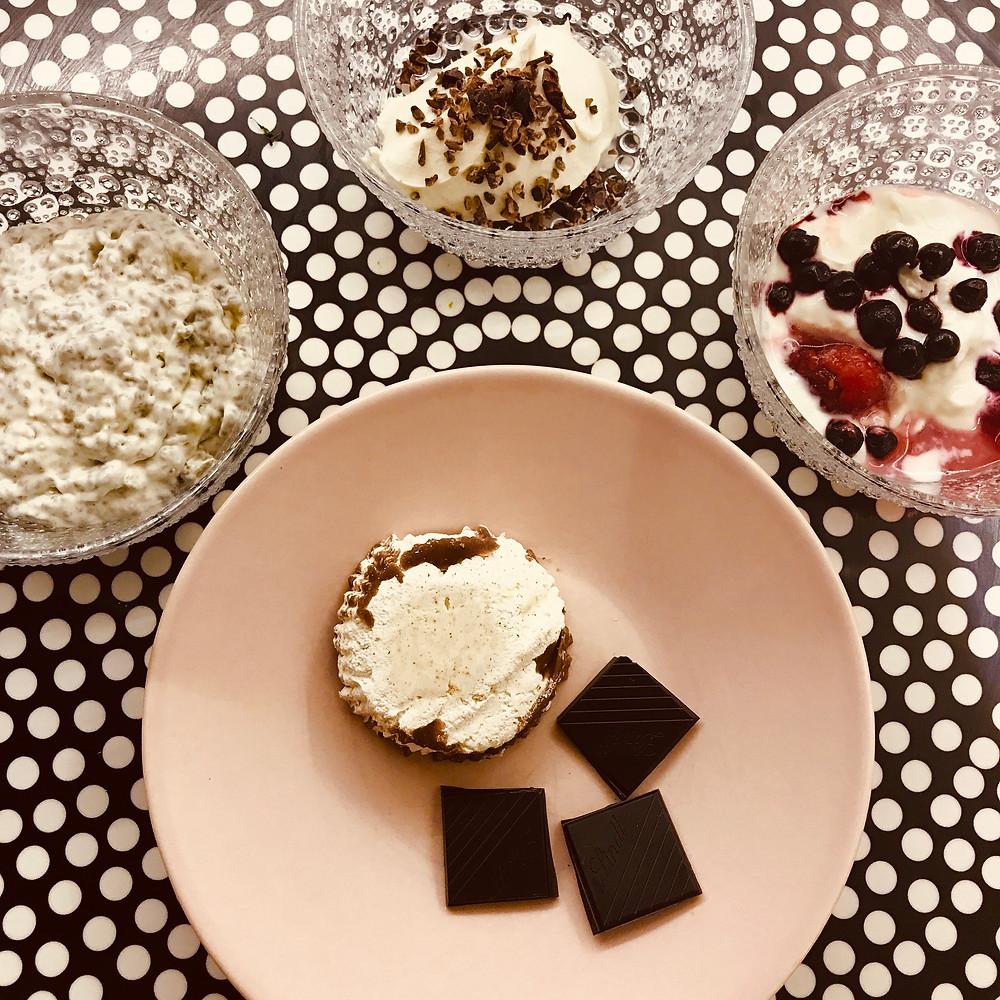 Mascarponea kaakaonibseillä, Chiavaniljakermavanukasta, turkkilaista jugurttia marjoilla, tummaa suklaata ja fatbomb.