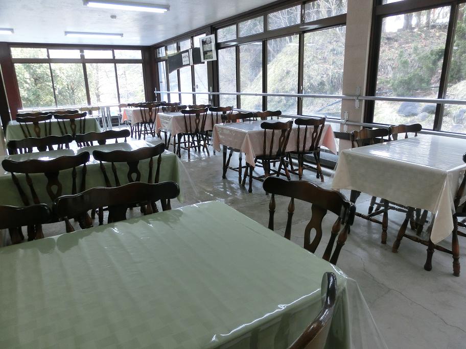 食堂内部 かんけつ泉雲竜を間近でみられる席も♪