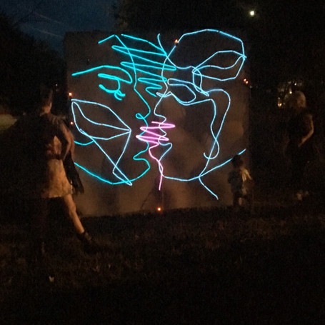 The Kiss in light