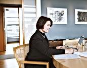 Donna che lavora a casa