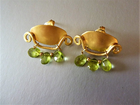Oval special studs with 3 Peridot drops