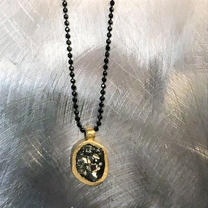 שרשרת שחורה עם תליון אובלי אבן טבעית זהובה