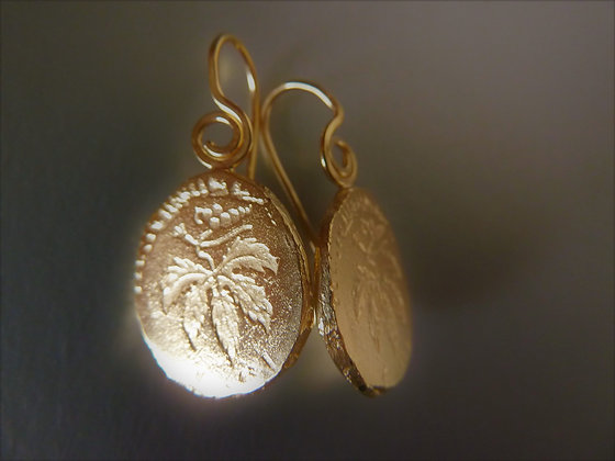 Round free form dangly earrings, Vine leaf drowning, 18 kt goldplated,