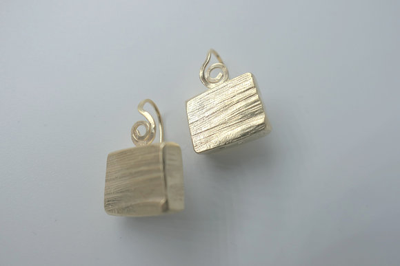 Notched cube dangle earrings 18 kt goldplated