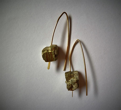 עגילי גולדפילד תלויים עם קוביות אבני פיריט גולמיות
