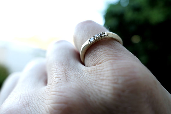 Solid gold 18 kt ring with 3 white diamonds, brushed gold