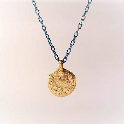 תליון תעתיק מטבע אגריפס זהב על שרשרת כחולה