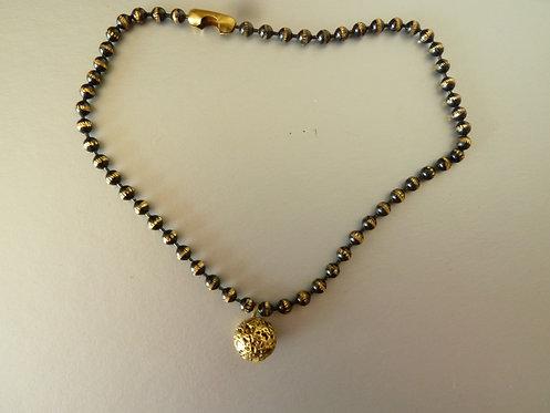 צמיד לרגל דסקית שחור-זהב עם כדור זהב