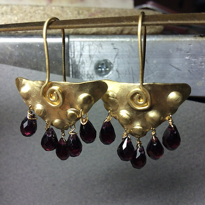 Hammered triangular earrings with Garnet drops