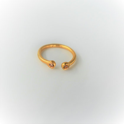 Delicate gold ring opened with 2 Zircons