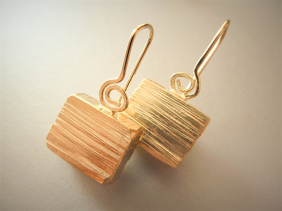 Textured cube dangly earrings