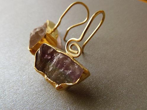 עגילי פלורייט תלויים אבן עטופה בפס מוזהב וחוט עם ספירלה