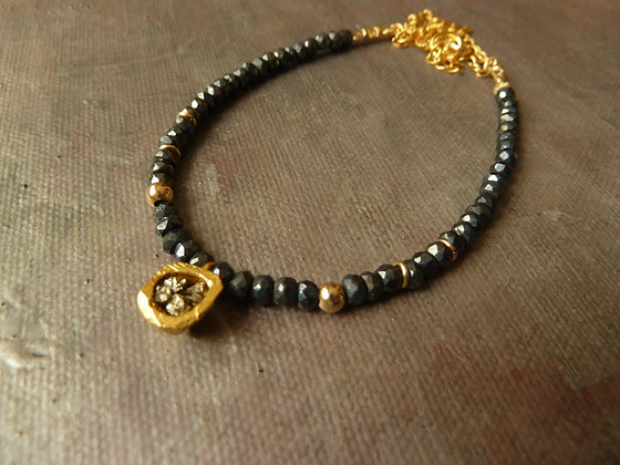 Beaded necklace with central gold element