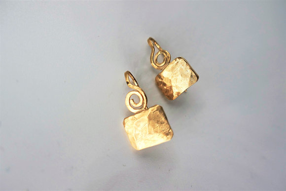 Hammered geometric earrings, 18 kt gold plated