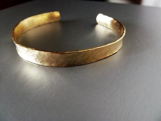 צמיד זהב רחב מרוקע בעבודת יד