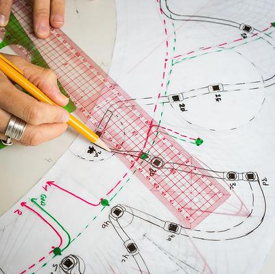 lecoupd'avance,le coup d'avance, label artistique exposition Clara Daguin, photographie MA Tondu. Mains qui oeuvrent à la création d'un vêtement lié à l'art numérique, art craft, évènement culturel, expert en art numérique et en organisation d'évènement culturel à paris.