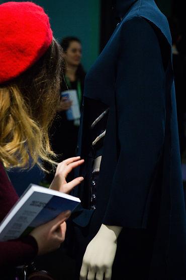 WeareableLab2, weareable lab 2, lecoupd'avance, le coup d'avance, label artistique paris. Une femme porte un berret rouge, et un livre à la main, mannequin. innovation, arts, art contemporain, art numérique, expérimental, art & entreprise, société, mutation, transformation digitale, réflexion, exposition, festival, culture, création, artiste, philopophie, pensée, fashion tech, wearable, art digital, label, agence numérique, communication, interactif, immersif , lecoupdavance, paris, tissu, berret rouge, femme, robe, modèle, mannequin, livre, main, bleu, exposition, MA TONDU-ExpoClarDaguin-9685.jpg