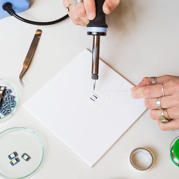 lecoupd'avance, le coup d'avance, label artistique  exposition Clara Daguin, photographie MA Tondu. Mains qui oeuvrent à la création d'un vêtement lié à l'art numérique, art craft, évènement culturel, expert en art numérique et en organisation d'évènement culturel à paris.