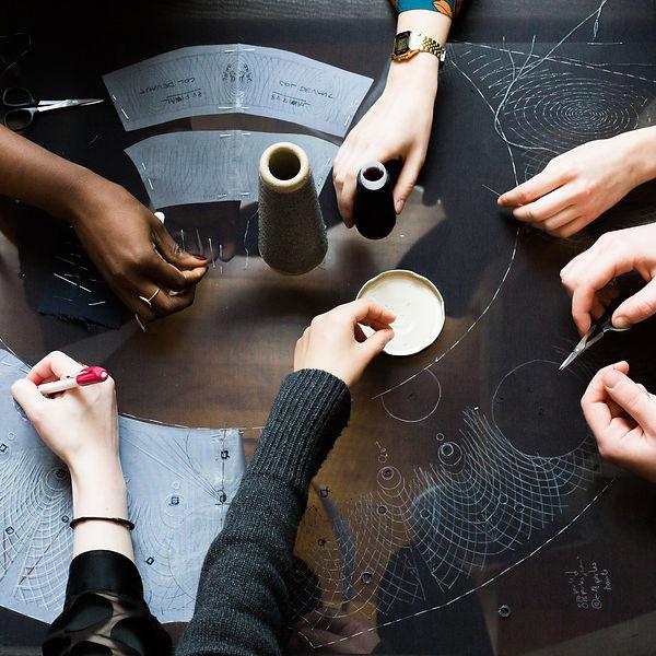 Daguin_PremiereVision_ lecoupd'avance, le coup d'avance, label artistique  exposition Clara Daguin, photographie MA Tondu. Mains qui oeuvrent à la création d'un vêtement lié à l'art numérique, art craft, évènement culturel, expert en art numérique et en organisation d'évènement culturel à paris.