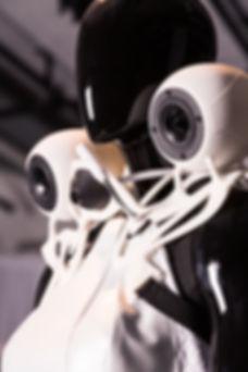 mannequin noir qui porte une robinnovation, arts, art contemporain, art numérique, expérimental, art & entreprise, société, mutation, transformation digitale, réflexion, exposition, festival, culture, création, artiste, philopophie, pensée, fashion tech, wearable, art digital, label, agence numérique, communication, interactif, immersif , gaité lytique, look forward, lecoupdavance, gaité lyrique, clara daguin, robe, musique, objet desin, numérique, innovation, créativité avec es épaulette en forme d'enceinte. Look Forward festival, lecoupd'avance,