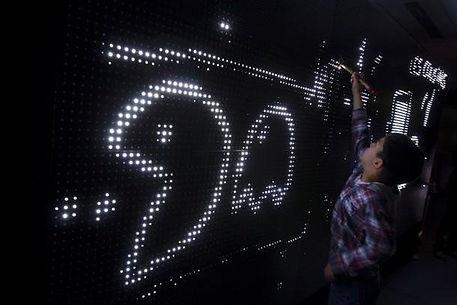 Lecoupd'avance, Le coup d'avance, Label artistique, LCDA. Parizone@dream.enfant qui dessinent avec des pixels blancs sur un mur bleu. innovation, arts,parizone, dream, art contemporain, art numérique, expérimental, art & entreprise, société, mutation, transformation digitale, réflexion, exposition, festival, culture, création, artiste, philopophie, pensée, fashion tech, wearable, art digital, label, agence numérique, communication, interactif, immersif , lecoupd'avanceParizone_dream_Gaitelyrique_LCDA_7 paris, exposition, enfant, jeux, lumière, led, noir, bleu, mouvement, dessin numérique, tableau, packman