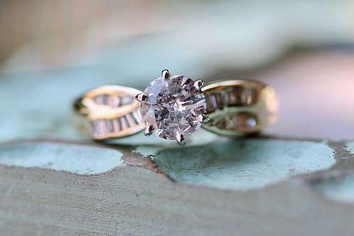 ROUND DIAMOND ENGAGEMENT RING WITH ACCENTS