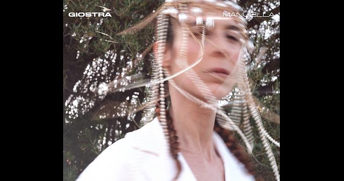"""MANUELLA - l'ipnotica cantautrice sarda pubblica venerdì 27 agosto """"GIOSTRA"""", il suo ep d'esordio"""
