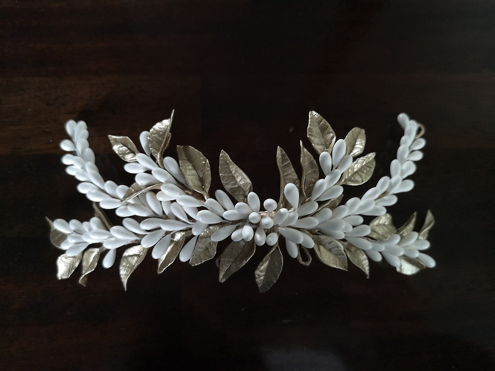 Tocado de porcelana fría con pistilos y hojas