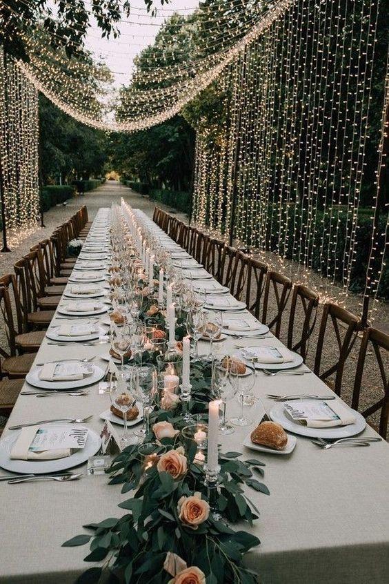 mesa de boda exterior con cubierta de luces