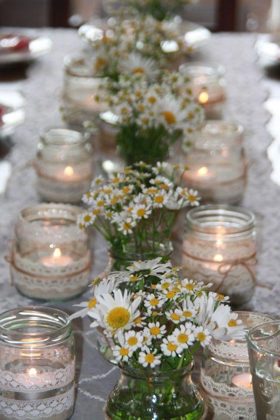 Mesa de bodas con flores silvestres