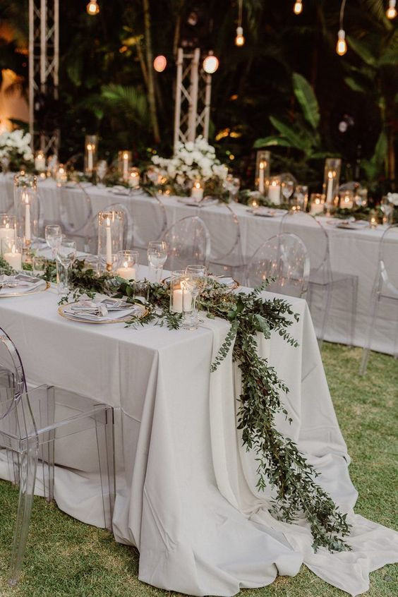 mesa de boda estilo boho con ramas de eucalipto