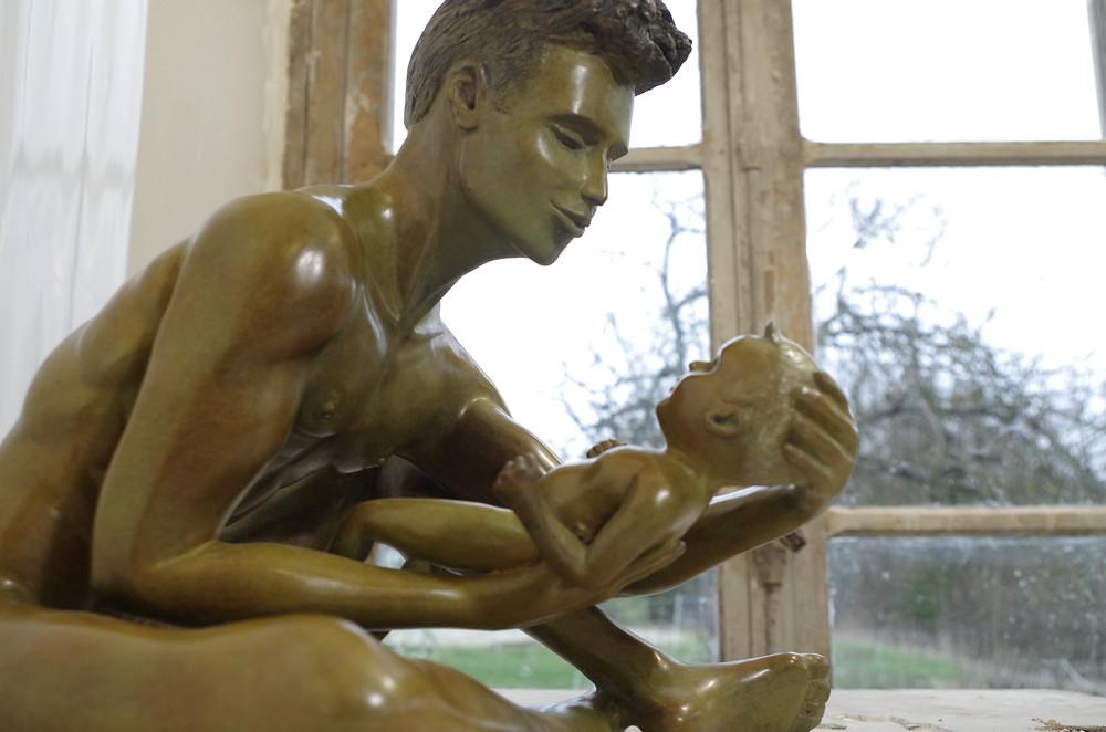 Un père bienveillant de bronze