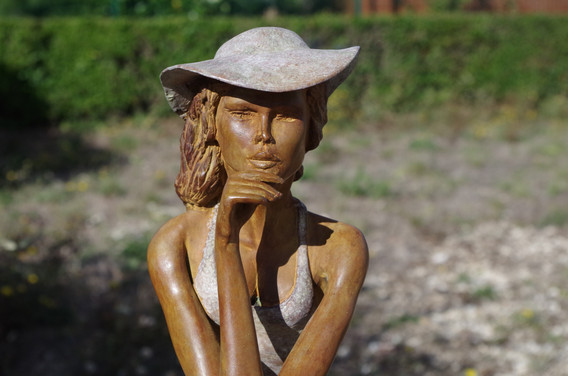 Sculpture bronze femme au chapeau